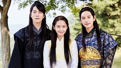 Im Si Wan va Yoona than thiet trong hau truong 'The King Loves' hinh anh