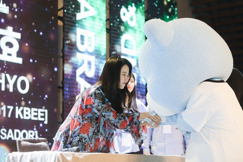 Khoanh khac than thien cua Song Ji Hyo voi fan Viet hinh anh 4