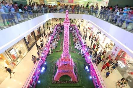 Thap Eiffel bang hoa khong lo xuat hien tai Crescent Mall hinh anh