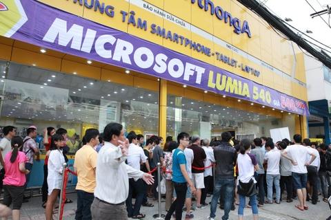 Nguoi dung xep hang mua Lumia 540 gia soc hinh anh