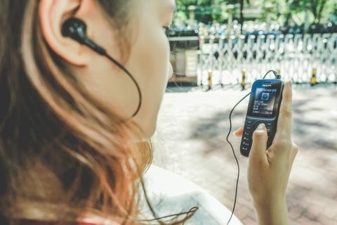 Philips E101: Dien thoai kiem may nghe nhac gia 320.000 dong hinh anh