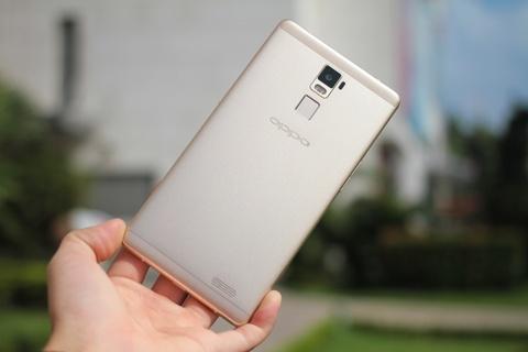 Dap hop Oppo R7 Plus hinh anh 4 Tương tự R7, Tương tự smartphone R7 Lite đã bán ra đầu tháng 9, R7 Plus cũng được chế tác từ hợp kim magie siêu bền, 2 miếng nhựa ở cạnh trên và cạnh dưới giúp bắt sóng tốt hơn. Sản phẩm cũng được trang bị thêm công nghệ cảm biến vân tay ở mặt lưng.