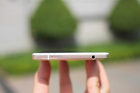 Dap hop Oppo R7 Plus hinh anh 5 Cạnh trên là giác cắm tai nghe 3,5 mm.