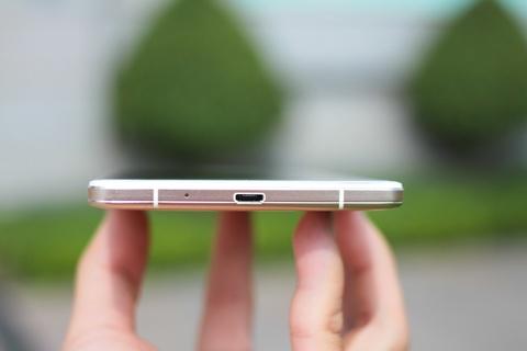 Dap hop Oppo R7 Plus hinh anh 6 Cổng micro USB được đặt ở cạnh dưới.