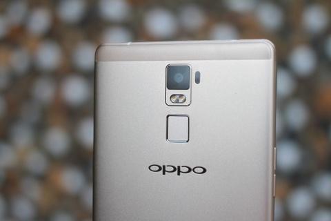 Dap hop Oppo R7 Plus hinh anh 9 R7 Plus được trang bị camera chính 13 megapixel, công nghệ ISOCELL với khả năng thu sáng tốt hơn của Samsung. Camera trước 8 megalixel hỗ trợ chụp hình selfie với góc vàng 84 độ và khả năng chụp trong đêm.