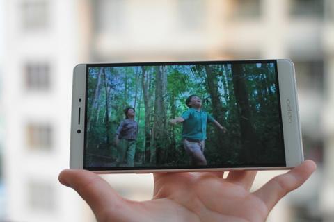 Dap hop Oppo R7 Plus hinh anh 12 Màn hình của R7 Plus cũng được màn cong 2.5D tương tự bộ đôi iPhone 6 của Apple. Viền màn hình siêu mỏng, góc nhìn rộng đem lại những trải nghiệm rất tốt về thị giác.