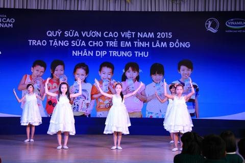 Vinamilk mang quy sua 'Vuon cao Viet Nam' den voi tre em hinh anh