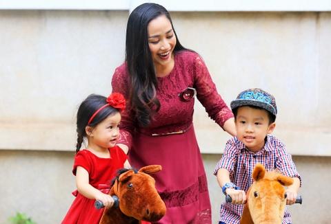 Oc Thanh Van dua 2 con di choi Noel som hinh anh