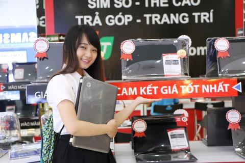 FPT Shop tang 300 smartphone Lumia cho khach hang mua laptop hinh anh