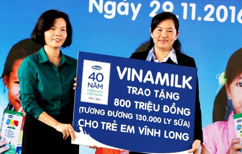Vinamilk trao tang gan 130.000 ly sua cho tre em Vinh Long hinh anh
