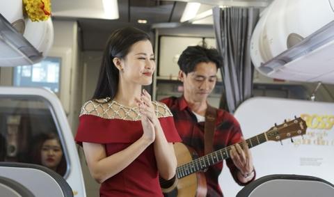 Dong Nhi bat ngo trinh dien acoustic tren may bay khai xuan hinh anh