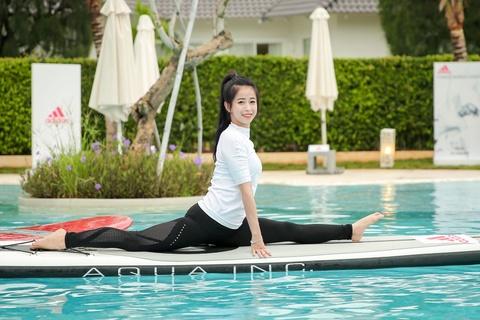 Mai Ngo, Viet My, Chau Tuyet Van cung tap yoga tren mat nuoc hinh anh