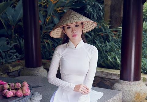 Nguoi dep Hoa hau Hoan vu khoe net dep tinh khoi voi ao dai trang hinh anh