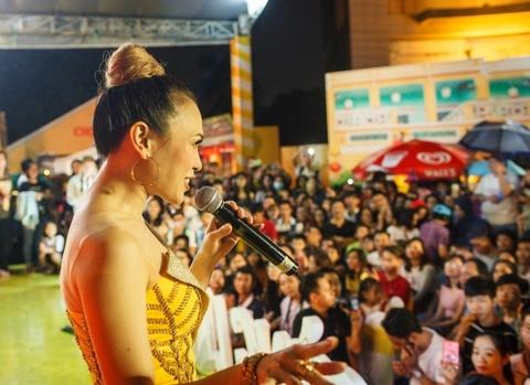 My Tam chay cung 4.000 fan trong 'dem mua Hoi An' giua Sai Gon hinh anh