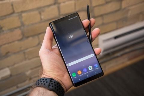 Chon smartphone Samsung dang dep, chup xoa phong choi Tet hinh anh