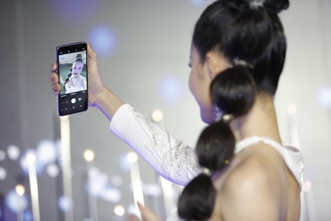 3 smartphone Samsung co tinh nang selfie xoa phong hinh anh