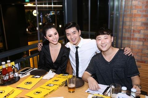 Kim Ly, Jolie Nguyen thuong thuc 'canh ga sot buffalo' tru danh hinh anh