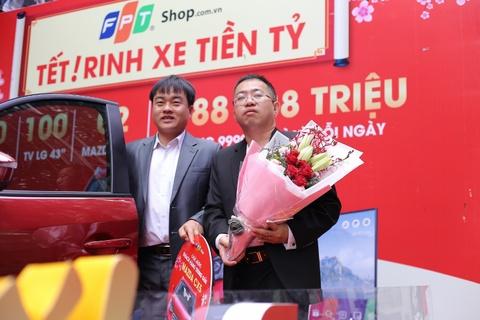 FPT Shop trao qua tien ty cho khach hang may man khi mua sam dip Tet hinh anh