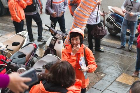 Tong giam doc Vietnamobile chay xe may di ban SIM hinh anh
