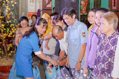 Nhua Long Thanh tang qua Tet cho nguoi ngheo quan 6, TP.HCM hinh anh