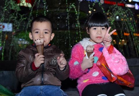 Hoa Minzy cung hang tram ban tre san kem mien phi ngay dong hinh anh 11