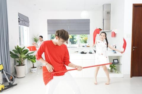 Soobin khoe 'net dep lao dong' trong bo anh hau truong MV Tet hinh anh