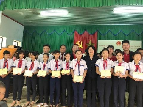 Vietcombank trao nha tinh nghia, hoc bong 600 trieu dong cho Quang Nam hinh anh