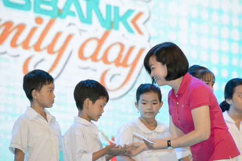 My Linh lam moi nhac co dien, Noo trinh dien hit truoc 5.000 khan gia hinh anh 9