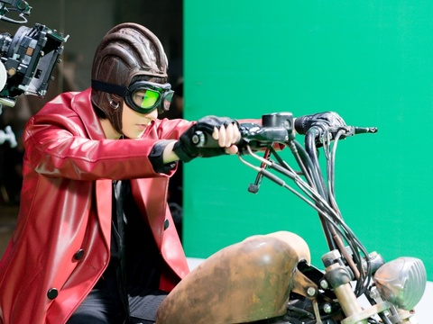Son Tung hoa than thanh quai xe moto trong clip mo phong 'Mad Max' hinh anh 1