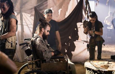 Son Tung hoa than thanh quai xe moto trong clip mo phong 'Mad Max' hinh anh 2