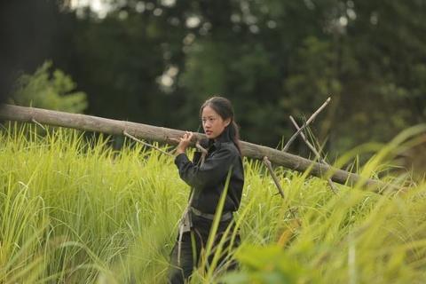 Rima Thanh Vy vac cay dung leu, an con trung de sinh ton trong rung hinh anh