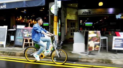 Only C dua khan gia Viet di khap Singapore qua MV 'Di di chan cho chi' hinh anh