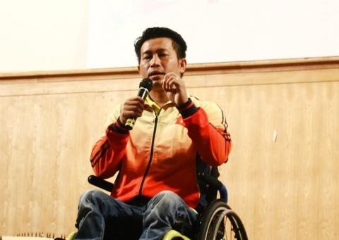 VDV khuyet tat Nguyen Thanh Trung: 'Tu ti khong giup duoc gi cho minh' hinh anh