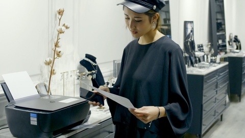 Video - Julia Doan: 'Cam hung thiet ke den tu tinh yeu voi hoa' hinh anh