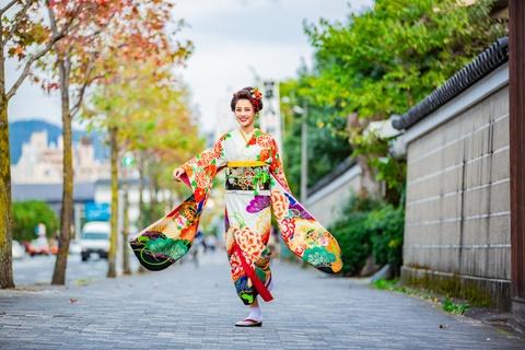 Trai nghiem dao pho Kyoto trong trang phuc truyen thong Nhat Ban hinh anh