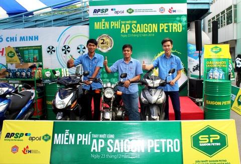 AP Saigon Petro to chuc chuong trinh thay nhot mien phi hinh anh