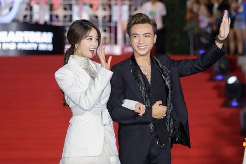 Ji Yeon rang ro khoac tay Soobin tren tham do nhac hoi Viet - Han hinh anh