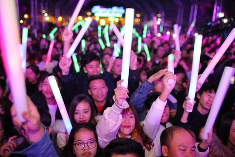 Bui Anh Tuan khuay dong san khau trong tiec countdown tai Thanh Hoa hinh anh 7