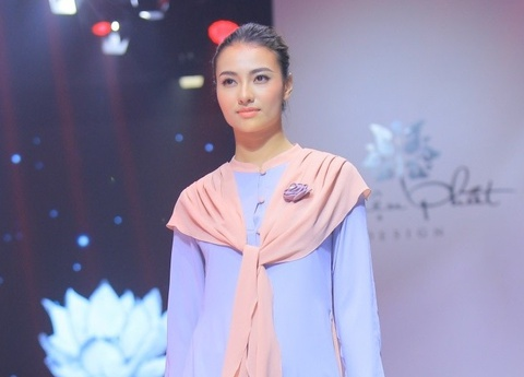 Hong Que, Thien Huong tinh te trong trang phuc Thien Phat Design hinh anh