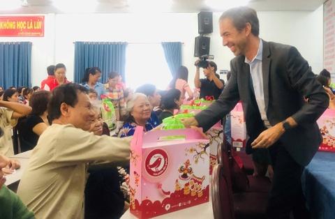 Auchan tặng 600 phần quà cho người dân quận Tân Bình, Gò Vấp