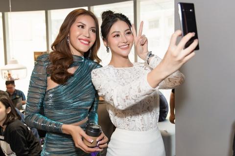 My Linh, Tieu Vy di mua Galaxy S10 trong ngay mo ban tai Viet Nam hinh anh 8
