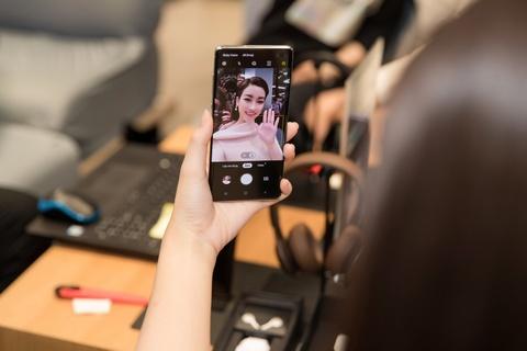 My Linh, Tieu Vy bat ngo di mua Galaxy S10 trong ngay mo ban tai VN hinh anh 5