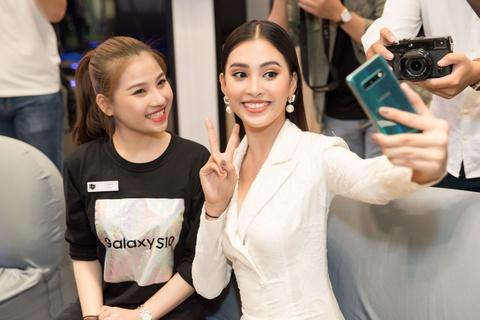 My Linh, Tieu Vy di mua Galaxy S10 trong ngay mo ban tai Viet Nam hinh anh 3