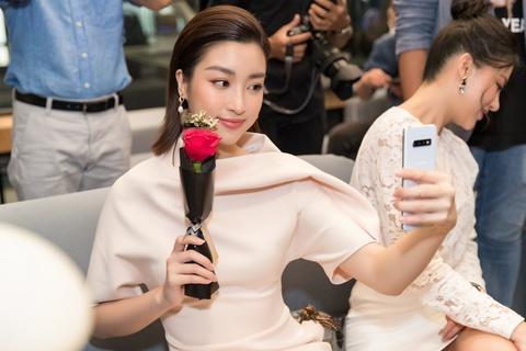 My Linh, Tieu Vy bat ngo di mua Galaxy S10 trong ngay mo ban tai VN hinh anh 4