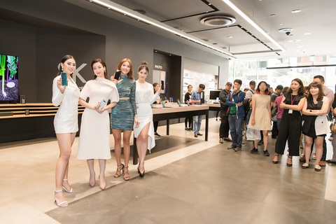 My Linh, Tieu Vy bat ngo di mua Galaxy S10 trong ngay mo ban tai VN hinh anh 1