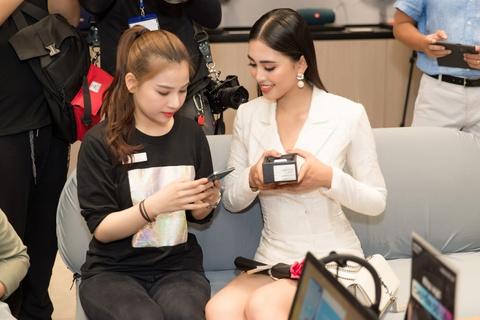 My Linh, Tieu Vy bat ngo di mua Galaxy S10 trong ngay mo ban tai VN hinh anh 2