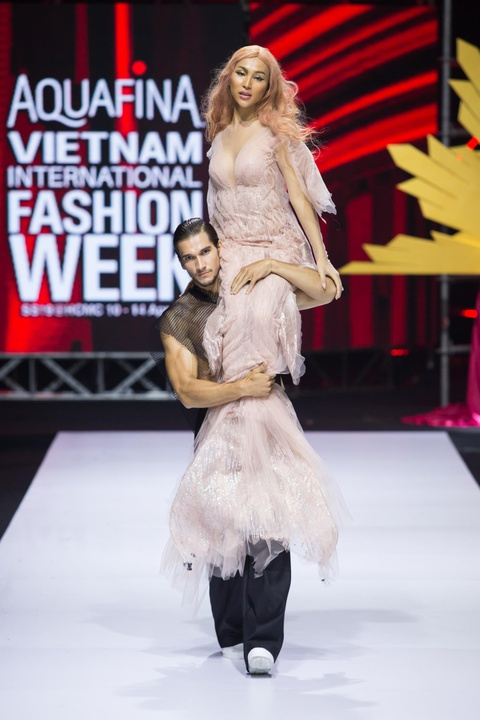 Nguyen Tien Truyen chinh phuc san dien Aquafina VIFW 2019 voi BST moi hinh anh 12