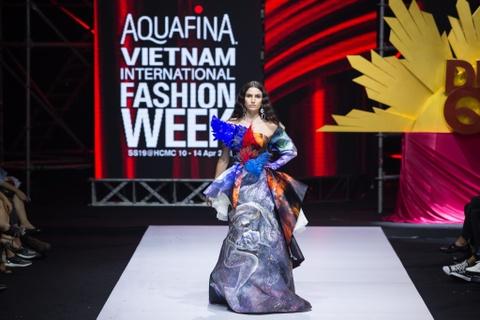 Nguyen Tien Truyen chinh phuc san dien Aquafina VIFW 2019 voi BST moi hinh anh 3