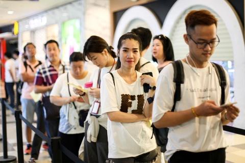 Nguoi Sai Gon xep hang tu 5h sang cho mua Huawei P30 Pro hinh anh 1