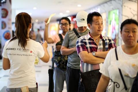 Nguoi Sai Gon xep hang tu 5h sang cho mua Huawei P30 Pro hinh anh 3